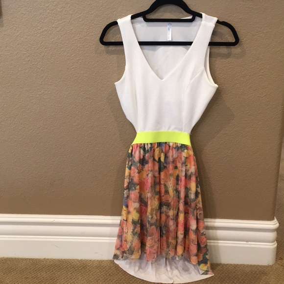 Dresses & Skirts - [LIKE NEW] Spring Floral Dress w Side/Back Cutouts